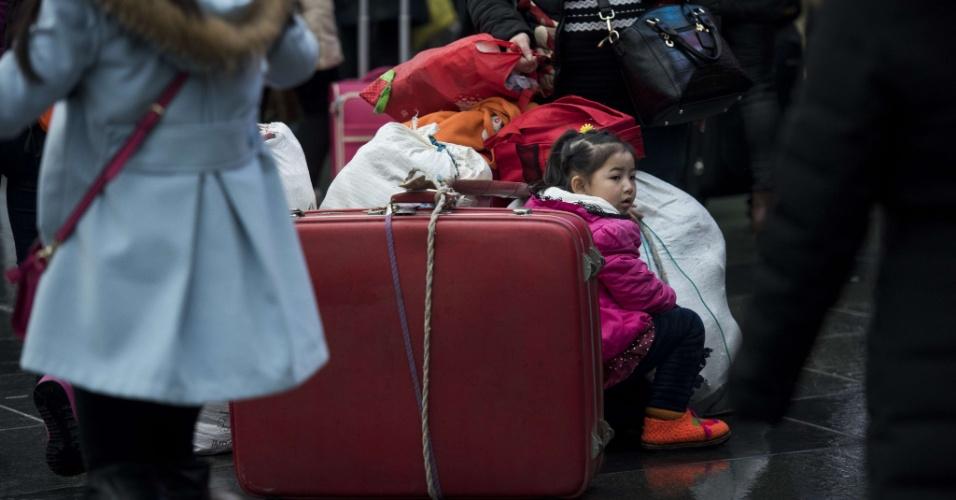 29.jan.2016 - Menina aguarda em estação de Xangai o embarque para viagem de comemoração do Ano-Novo chinês. As festividades começam no dia 8 e fevereiro e geram o maior fluxo migratório do planeta, com 2.9 bilhões de desclocamentos