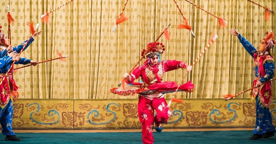18.fev.2016 - Malabaristas jogam lanças para o alto no palco durante uma ópera em Pequim, na China. O tradicional teatro chinês incorpora música, diálogos, dança e acrobacias
