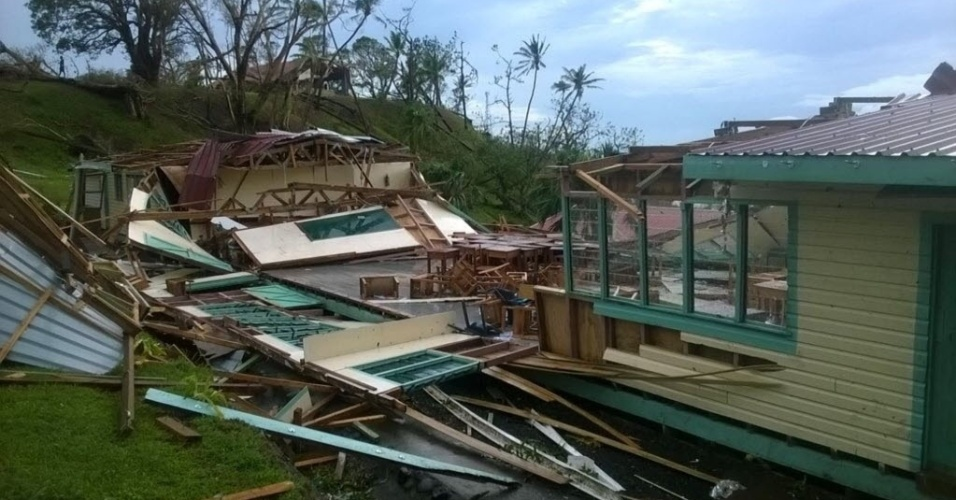 21.fev.2016 - O ciclone Winston, que chegou no sábado a Fiji com ventos de 230 km/h e rajadas de 325 km/h, causou pelo menos cinco mortes e muita destruição em sua passagem por esse país do Pacífico sul, habitado por cerca de 881 mil pessoas. A tormenta foi considerada a mais forte já registrada no hemisfério Sul