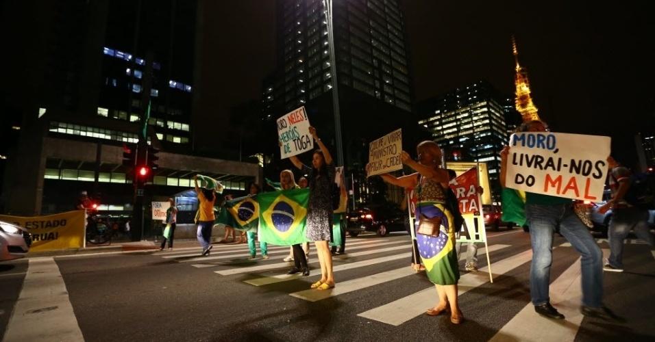 22.mar.2016 - Manifestantes ligados ao Movimento Brasil Livre se concentram na Av. Paulista com cartazes de apoio ao juiz Sérgio Moro