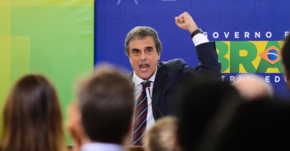 22.mar.2016 - O Advogado Geral da União, José Eduardo Cardozo, discursa durante encontro de juristas em apoio à presidente Dilma Rousseff, no Palácio do Planalto, em Brasília (DF)