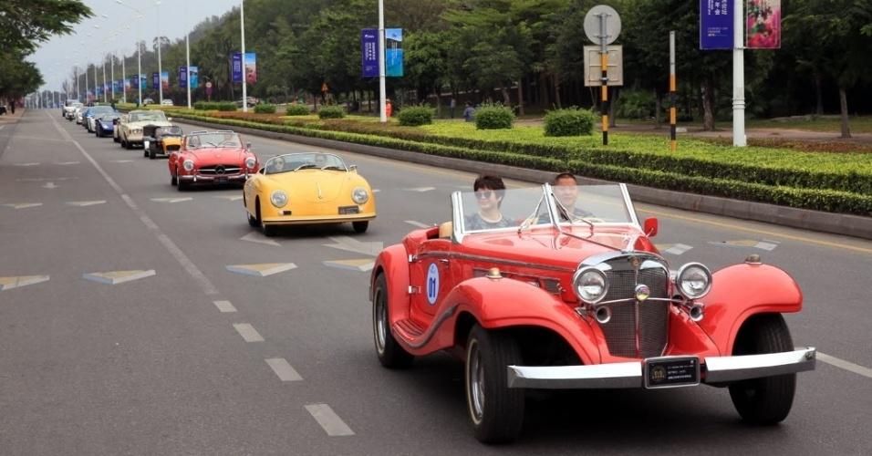 27.mar.2016 - Colecionadores dirigem carros antigos, como um Mercedes-Benz de 1935, durante desfile organizado por uma feira de tursismo de Sanya, na China