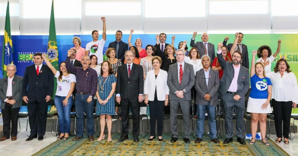 12.abr.2016 - A presidente Dilma Rousseff participa de encontro com professores e estudantes em defesa da democracia em Brasília (DF). Esta é a primeira aparição de Dilma depois do parecer favorável ao impeachment passar pela comissão especial da Câmara, ontem à noite