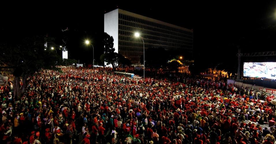 17.abr.2016 - Manifestantes que são contra o impeachment da presidente Dilma Rousseff acompanham votação da Câmara, na Esplanada dos Ministérios, em Brasília