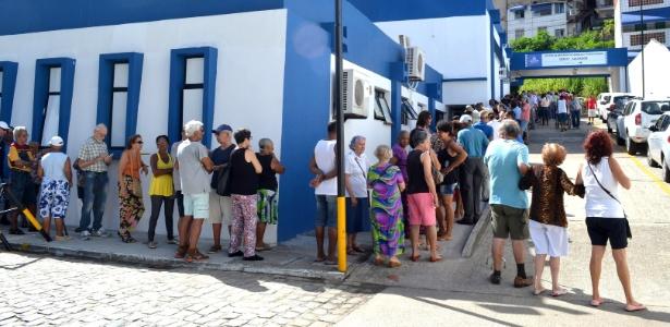 Fila para vacinação contra a gripe em Salvador
