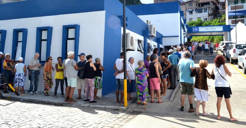 18.abr.2016 - Uma longa fila se forma para a vacinação contra a gripe H1N1 em centro de saúde de Salvador. A vacina começou a ser dada às gestantes, crianças de seis meses a até cinco anos de idade e idosos