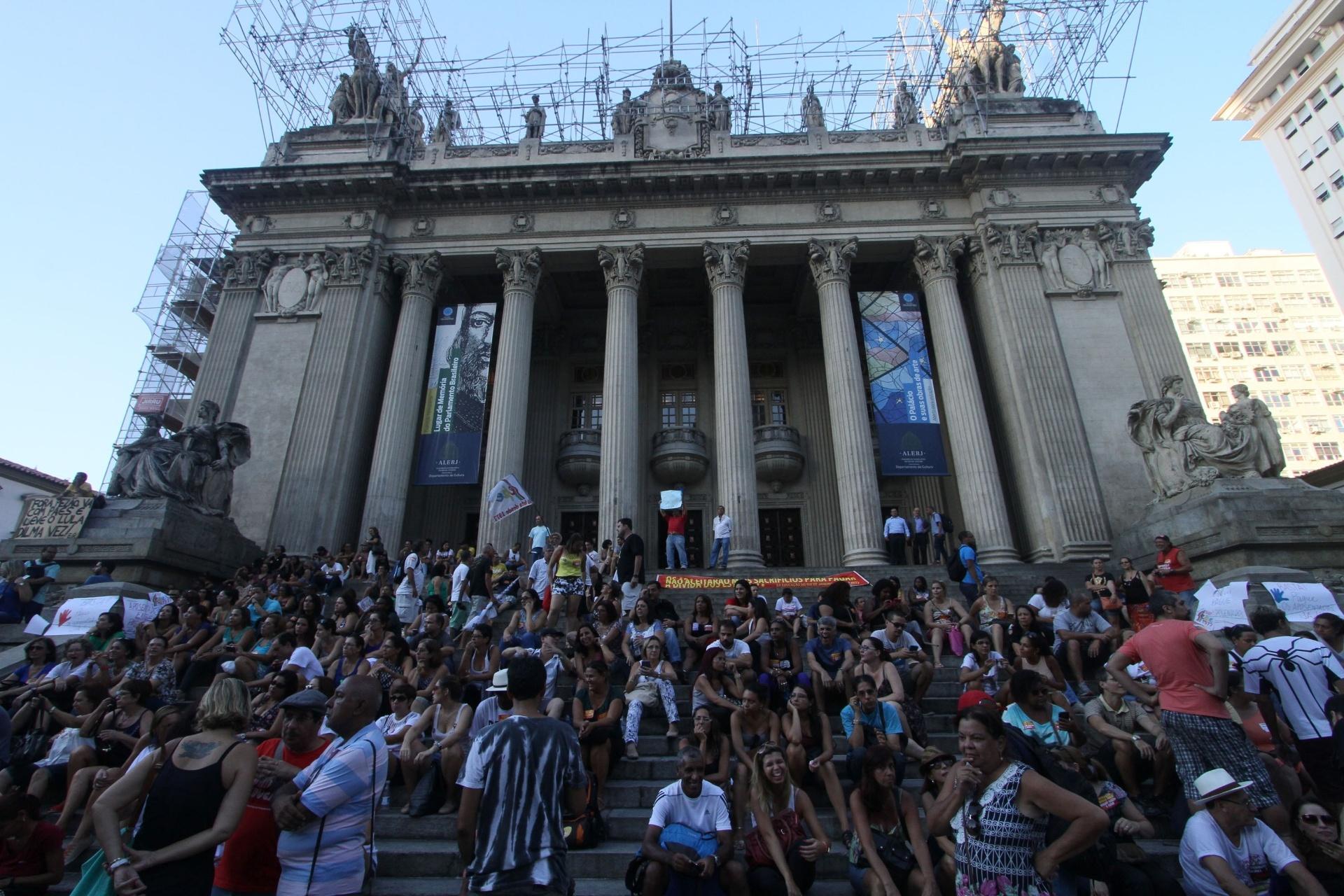 19.abr.2016 - Por salários atrasados, servidores públicos  protestam em frente a Assembleia Legislativa do Estado do Rio de Janeiro (RJ)