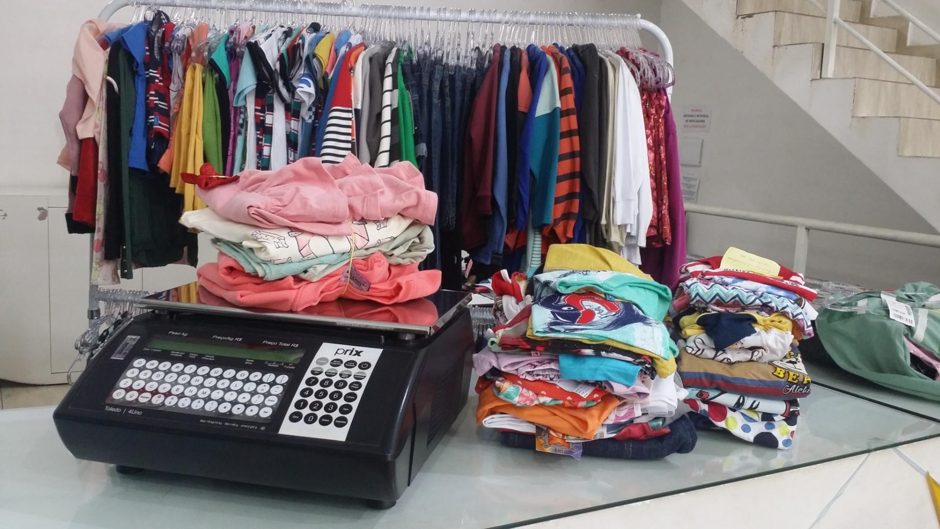 984e6868a8 Casal fatura R$ 2,67 milhões vendendo roupa infantil por R$ 210 o quilo