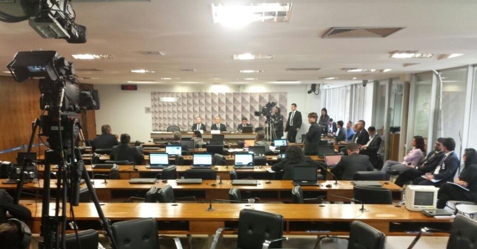 27.abr.2016 - A sessão da comissão especial do impeachment, que analisa o processo de cassação de mandato da presidente Dilma Rousseff, ficou esvaziada após quatro horas de reunião e mais de 20 senadores inscritos para discursar