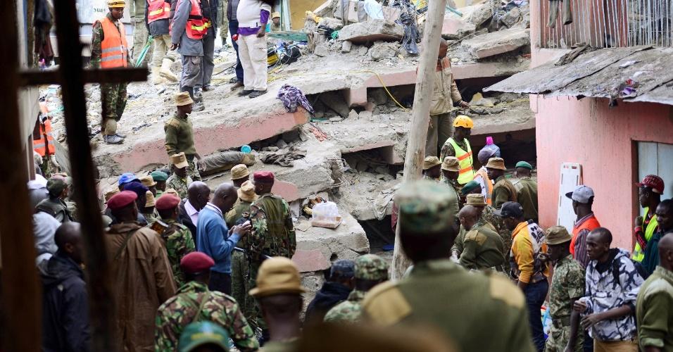 30.abr.2016 - Pelo menos dez pessoas morreram e dezenas ficaram feridas após o colapso de um edifício de seis andares em Nairóbi, capital do Quênia. As equipes de emergência já resgataram 130 pessoas