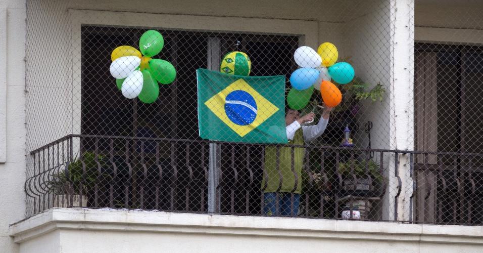 12.mai.2016 - Moradora do bairro do Tatuapé, na zona Leste de São Paulo, enfeita a varanda de seu apartamento, na manhã desta quinta-feira, após a votação no Senado que aprovou o afastamento da presidente Dilma Rousseff por até 180 dias