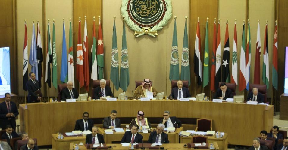28.mai.2016 - Ministros das relações exteriores de países árabes se encontram no Cairo, capital do Egito, com o presidente da Palestina, Mahmoud Abbas, para discutir uma iniciativa de paz proposta pela França