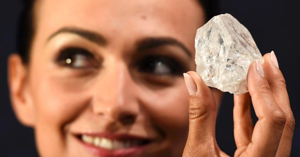 """14.jun.2016 - Modelo exibe o """"Lesedi La Rona"""". Ainda não lapidada, a gema é o maior diamante encontrado em mais de 100 anos no mundo, e será leiloado no próximos dias em Londres"""