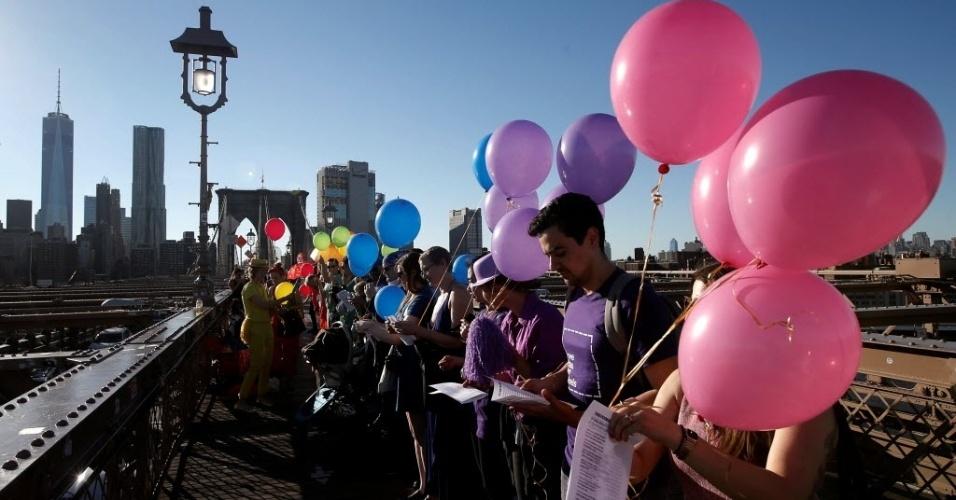 15.jun.2016 - Manifestantes usaram balões coloridos e formaram um arco-íris na ponte do Brooklyn, em Nova York, durante uma homenagem às vítimas do massacre na boate de Orlando