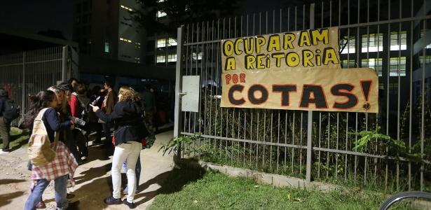 Estudantes realizam assembleia em frente ao prédio da reitoria da USP (Universidade de São Paulo), no campus do bairro de Pinheiros, na zona oeste de São Paulo