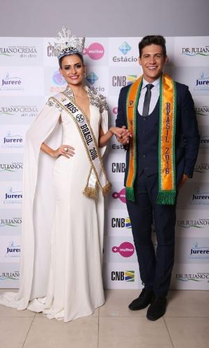 25.jun.2016 - Eleita Miss Mundo Brasil 2016, a goiana Beatrice Fontoura, de 26 anos, posa ao lado do Mister Mundo Brasil 2016, Carlos Franco, que representou São Paulo