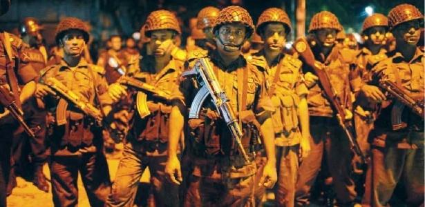 1º.jul.2016 - Guardas da fronteira se posicionam para invadir café em Dacca, capital de Bangladesh