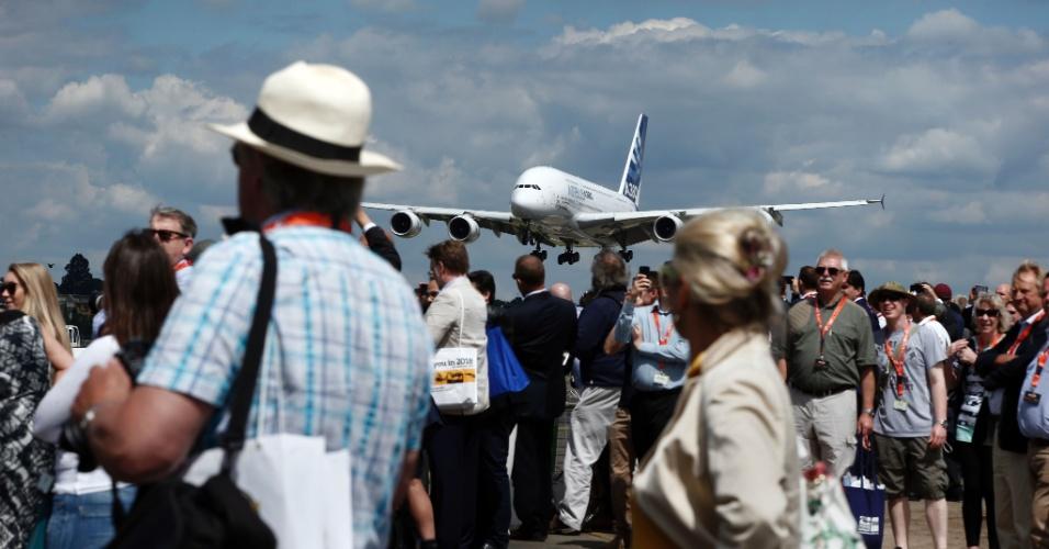 Visitantes observam um voo demonstrativo do Airbus A380 na Farnborough Airshow, evento de aviação que acontece na Inglaterra até domingo