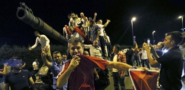 Manifestantes sobem em tanque militar em rua de Istambul durante tentativa de golpe militar