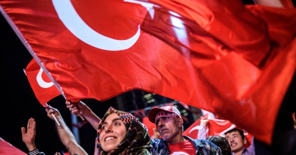 22.jul.2016 - Apoiadores do presidente Recep Tayyip Erdogan participam de manifestação na praça Taksim, em Istambul, Turquia