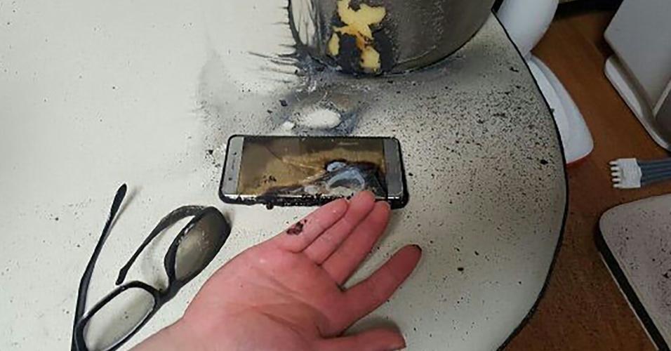 13.set.2016 - Restos de um smartphone Galaxy Note 7, da Samsung, são fotografados na delegacia de polícia de Gwangju Bukbu, a 270 quilômetros de Seul, Coreia do Sul. Segundo a polícia, o proprietário diz ter queimado um dedo durante a tentativa de apagar o fogo causado por uma explosão. Na quinta-feira (15), a Samsung confirmou um recall dos Galaxy Note 7 devido a sérios perigos de combustão e queimaduras. A Comissão de Segurança de Produtos de Consumo dos EUA disse que a Samsung recebeu 92 relatos de superaquecimento de baterias nos Estados Unidos