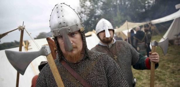 Encenação foi realizada na mesma colina onde ocorreu a Batalha de Hastings, há 950 anos, na Inglaterra