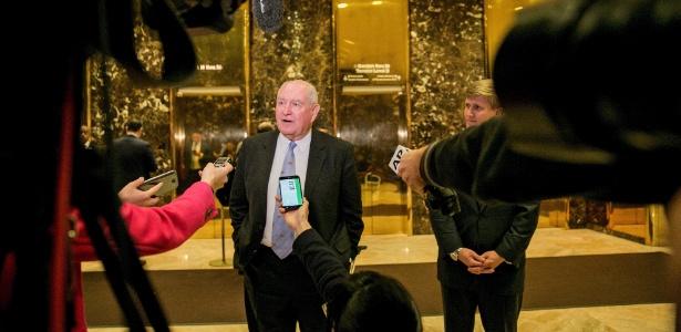 Sonny Perdue, ex-governador da Georgia, dá entrevista aos jornalistas após reunião na Trump Tower