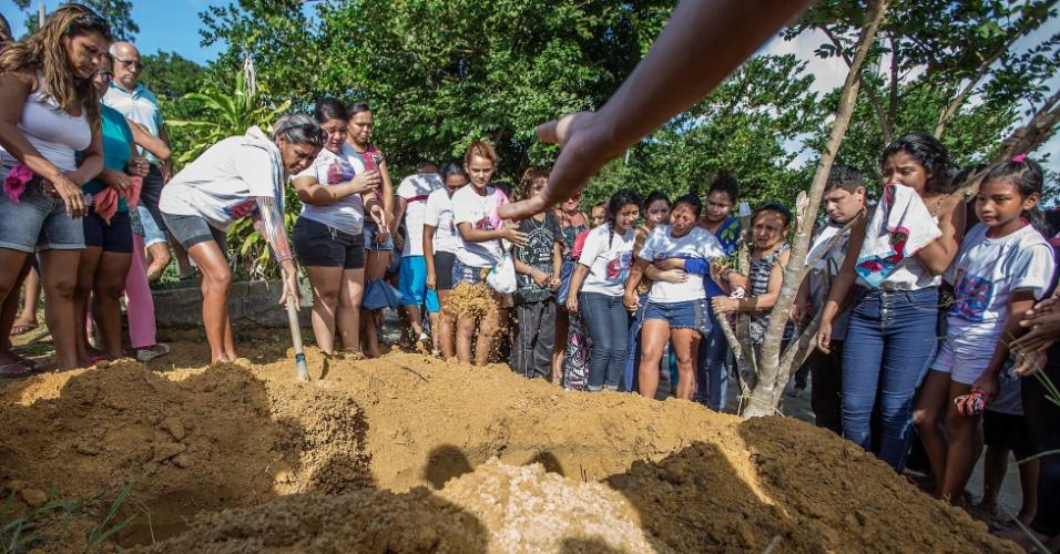 4.jan.2017 - Primeiros corpos de presos massacrados em Manaus começaram a ser sepultados na quarta-feira (4)