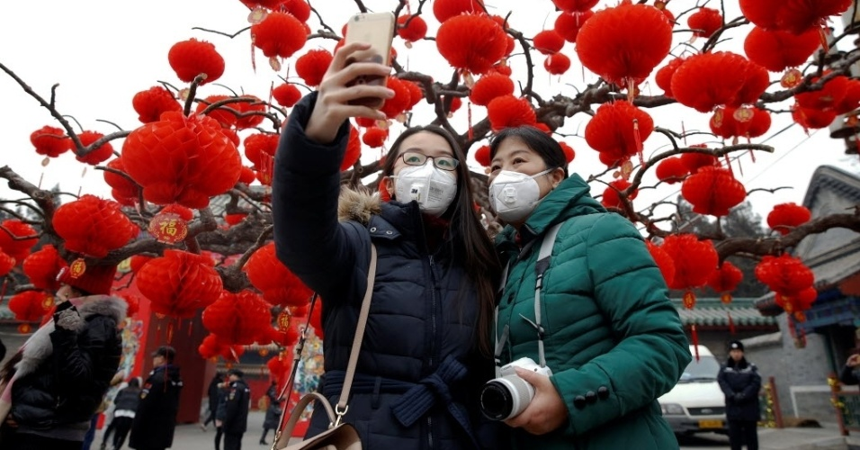 28.jan.2017 - A queima de fogos de artifício em Pequim para comemorar o Ano Novo Chinês deixou na cidade uma fumaça densa e sufocante. Moradores usam máscaras para se proteger da poluição