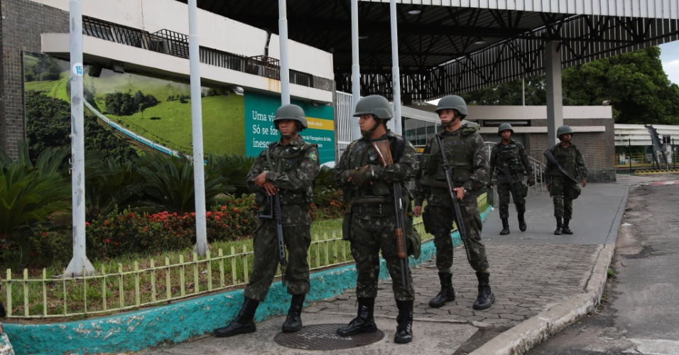 8.fev.2017 - Membros do Exército fazem patrulhamento na estação de trem Pedro Nolasco, no bairro Jardim América, em Cariacica