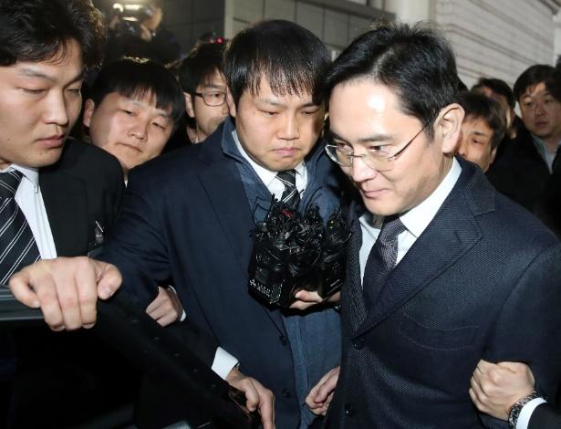 Lee Jae-Yong deixa tribunal depois de prestar depoimento e pouco antes de ser preso