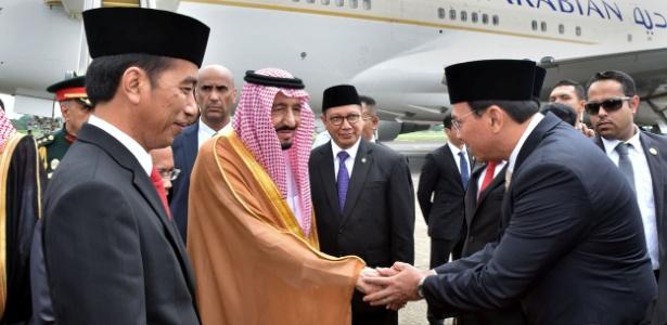 O rei Salman (centro), da Arábia Saudita, ao lado do presidente indonésio Joko Widodo (esq.), cumprimenta o governador de Jacarta Basuki Tjahaja Purnama, no aeroporto de Jacarta