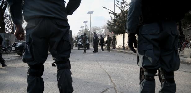 Forças de segurança afegãs montam guarda diante de hospital que sofreu ataque em Cabul