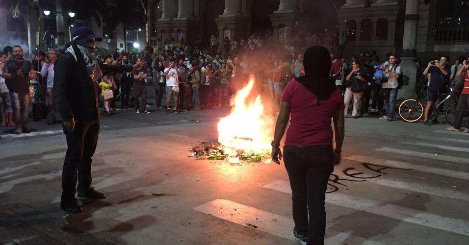 31.mar.2017 - Black blocks se juntam a manifestantes no Rio e ateiam fogo em objetos em frente ao Theatro Municipal, na Cinelândia