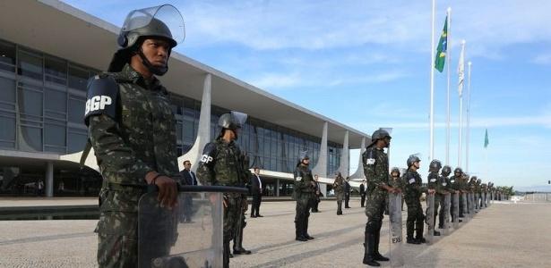 27.abr.2017 - Soldados da Guarda Presidencial fazem a segurança no Palácio do Planalto na véspera da greve geral
