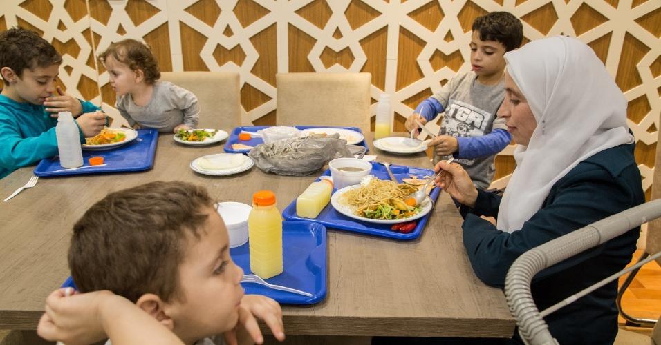 7.jun.2017 - A síria Nisreen Zahloul, natural de Aleppo, e os quatro filhos durante jantar de quebra de jejum do Ramadã, oferecido pela Mesquita Brasil, em São Paulo