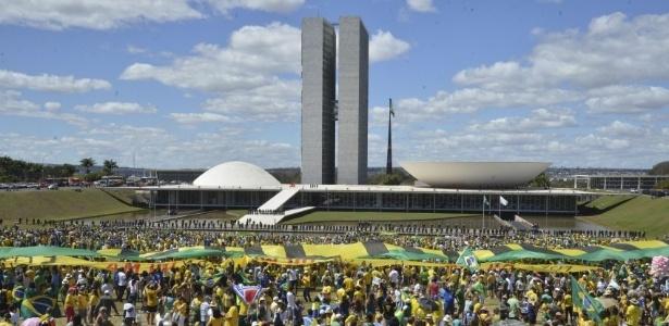 Manifestação em frente ao Congresso Nacional, exigindo medidas anticorrupção e o fim do foro privilegiado para políticos