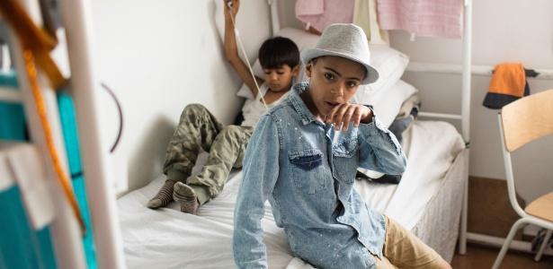 Farhad Nour (de chapéu), 10, vive com sua família em um campo de refugiados perto de Belgrado, na Sérvia - Marko Risovic/The New York Times