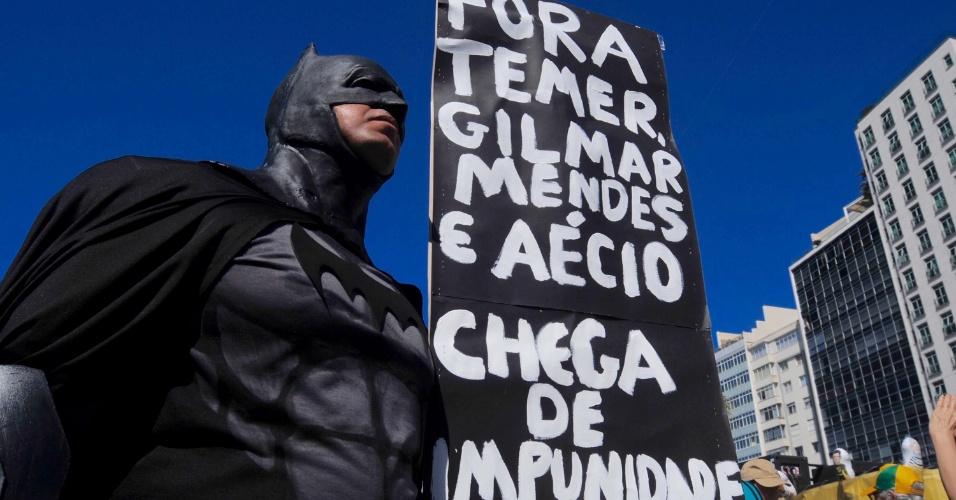 27.ago.2017 - Manifestante pela a saída do presidente Michel Temer (PMDB) durante protesto em Copacabana, zona sul do Rio de Janeiro (RJ). O ato foi convocado pelo movimento Vem Pra Rua