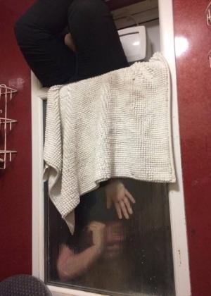 Mulher fica presa após tentar pegar fezes que lançou pela janela de apartamento