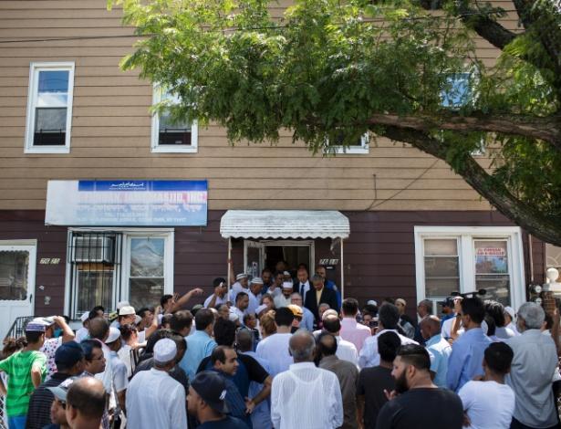 Fiéis de uma comunidade muçulmana em grande parte do Bangladesh se reúnem na mesquita de Al-Furqan Jame Masjid no Queens, no dia seguinte em que um Imam e seu assistente foram assassinados