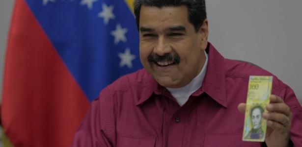 Nicolás Maduro apresenta uma cédula de 100 mil bolívares