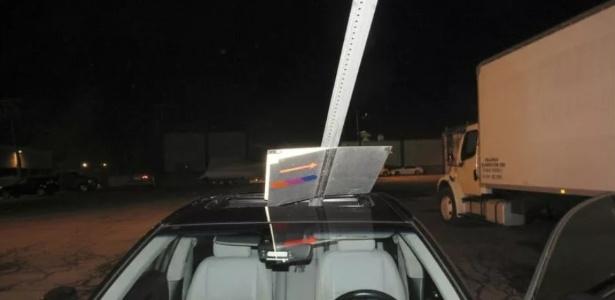 A mulher dirigiu por cerca de 25 quilômetros com uma placa de trânsito grudada no teto de seu carro