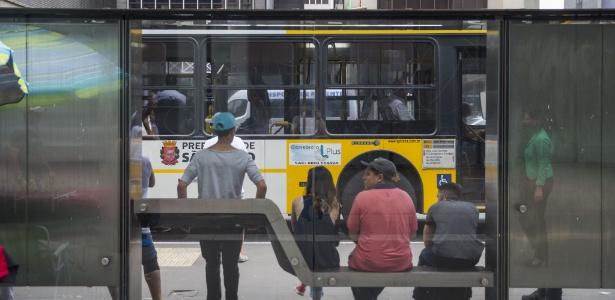 Passageiros esperam ônibus na Avenida Paulista, em São Paulo