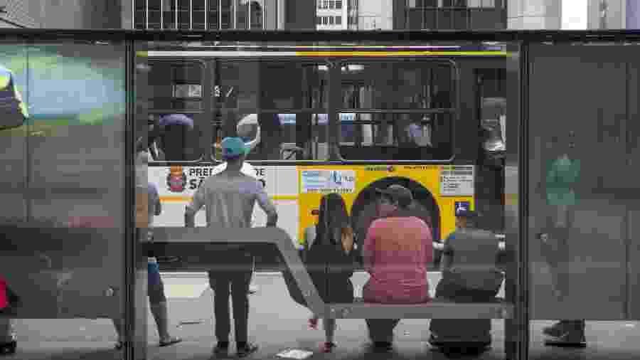 Passageiros esperam ônibus na Avenida Paulista, em São Paulo  - Danilo Verpa/Folhapress