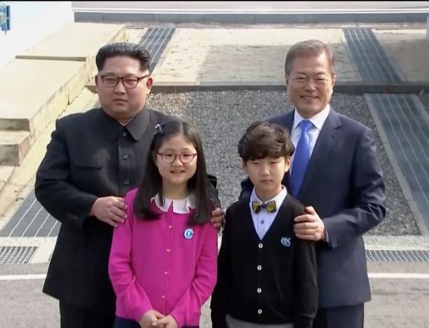 Crianças entregam flores aos líderes das duas Coreias