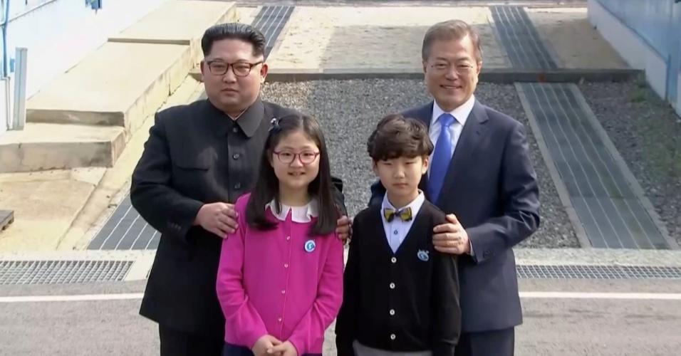 26.abril.2018 - Kim Jong-un e Moon Jae-in posam com crianças antes de iniciarem reunião entre Coreias