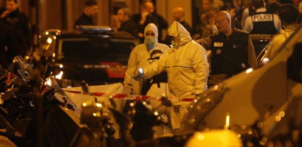 Peritos da polícia francesa investigam local de atentado a faca em Paris