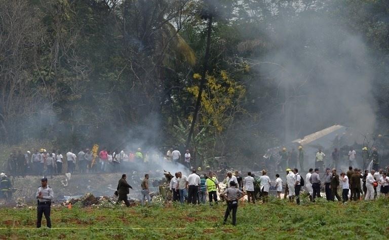18.mai.2018 - Bombeiros e equipes de resgate atuam em local onde avião cai logo após decolar do aeroporto José Martí, em Cuba