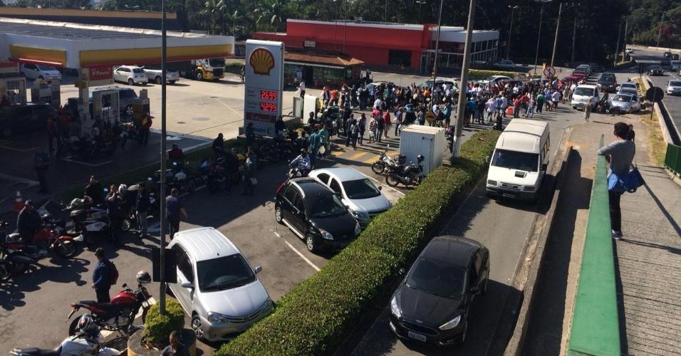 O posto do Km 12 da rodovia Raposo Tavares recebeu dois caminhões-tanque escoltados no domingo (27). Desde sexta-feira (25), só abasteciam viaturas da polícia, mas nesta segunda-feira (28) o dono decidiu abrir para a população. Há um limite de R$ 50 de etanol e R$ 100 de gasolina por veículo. Quem leva galão pode comprar cinco litros